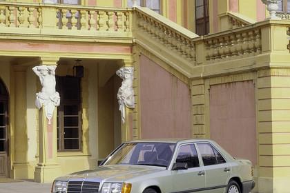 Mercedes E-Klasse Limousine W124 Aussenansicht Front schräg statisch grün
