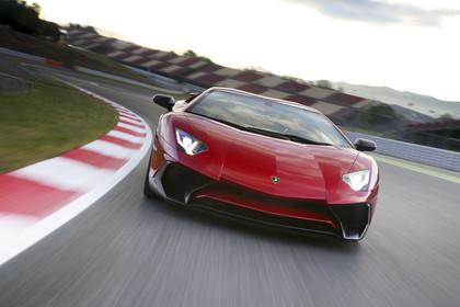 Lamborghini Aventador SV Aussenansicht Front dynamisch rot