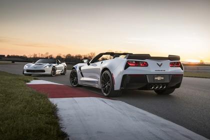 Chevrolet Corvette Z06 und Z06 Cabrio Aussenansicht Heck schräg statisch weiss