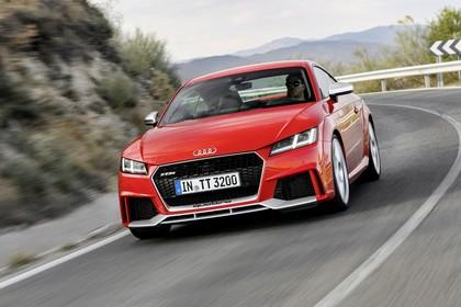 Audi TT RS 8S Roadster Aussenansicht Front schräg dynamisch rot