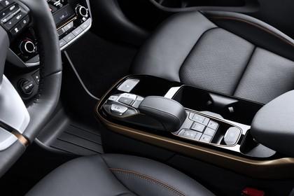 Hyundai IONIQ Elektro Innenansicht statisch Studio Detail Mittelkonsole und Beifahrersitz