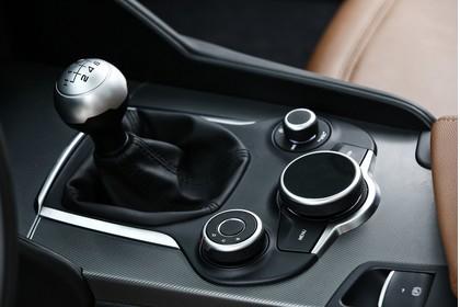 Alfa Romeo Giulia ZAR 952 Innenansicht statisch Detail Mittelkonsole und Schalthebel