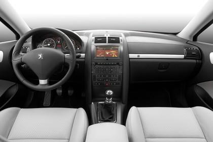 Peugeot 407 Coupé 6 Innenansicht statisch Studio Vordersitze und Armaturenbrett