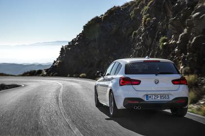 BMW 1er F20Facelift Aussenansicht Heck schräg dynamisch weiss