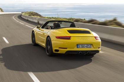 Porsche 911 Carrera S Cabriolet 991.2 Aussenansicht Heck schräg dynamisch gelb