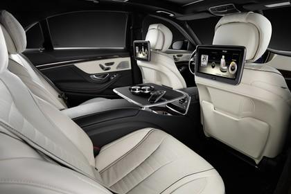 Mercedes-Benz S-Klasse W222 Innenansicht statisch Studio Rücksitze und Individual Entertainment im Fond beifahrerseitig