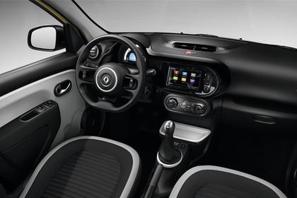 Renault Twingo III Innenansicht statisch Studio Vordersitze und Armaturenbrett beifahrerseitig