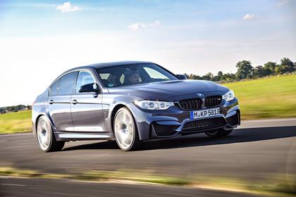 BMW M3 F80 Aussenansicht Front schräg dynamisch grau