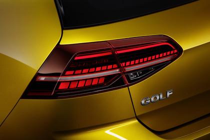VW Golf 7 Facelift Dreitürer Aussenansicht Heck Detail Rückleuchte statisch gold