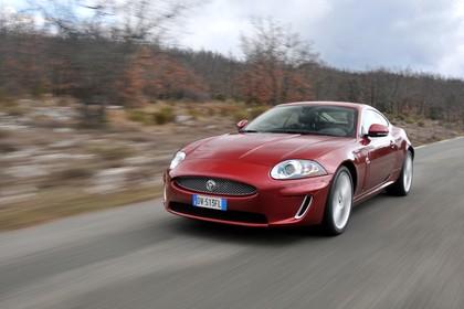 Jaguar XK Coupé X150 Aussenansicht Front schräg dynamisch rot