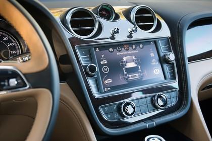 Bentley Bentayga Innenansicht statisch Studio Detail Infotainmentbildschrim