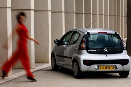 Citroën C1 Fünftürer P Aussenansicht Heck schräg statisch silber