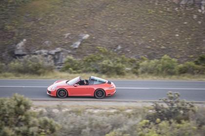 Porsche 911 Targa 4 GTS 991.2 Aussenansicht Seite dynamisch rot
