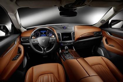 Maserati Levante Innenansicht statisch Studio Vordersitze und Armaturenbrett fahrerseitig