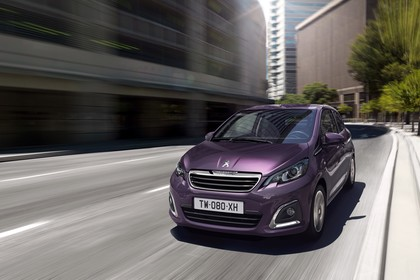 Peugeot 108 Aussenansicht Front schräg dynamisch violett
