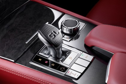 Mercedes SL R231 Innenansicht Studio Detail Automatikwählhebel statisch schwarz rot