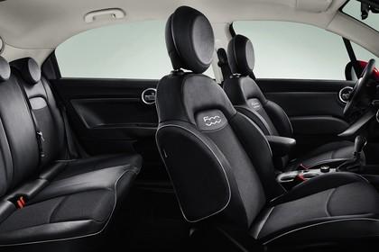 Fiat 500X Innenansicht statisch Studio Rücksitze Vordersitze und Armaturenbrett