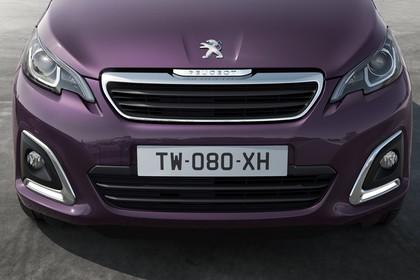 Peugeot 108 Aussenansicht Front statisch Detail Scheinwerfer Nebelscheinwerfer und Grill