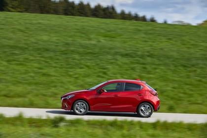 Mazda 2 DJ Aussenansicht Seite dynamisch rot