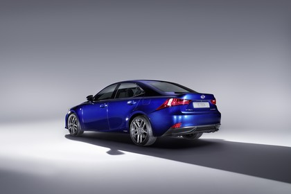 Lexus IS XE3 Aussenansicht Heck schräg statisch Studio dunkelblau