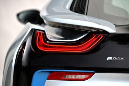 BMW i8 Aussenansicht Detail Rückleuchte statisch silber