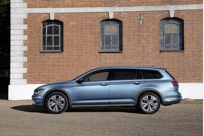 VW Passat B8 Alltrack Aussenansicht Seite statisch blau