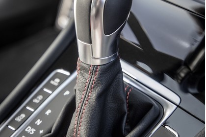 VW Golf 7 GTI Facelift Innenansicht Detail Mittelkonsole DSG statisch schwarz
