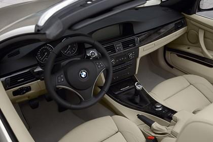 BMW 3er Cabriolet Innenansicht statisch Vordersitze und Armaturenbrett fahrerseitig