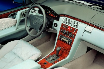 Mercedes Benz E-Klasse Limousine W210 Studio Innenansicht Beifahrerposition statisch weiß
