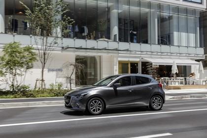 Mazda 2 DJ Aussenansicht Seite schräg dynamisch grau