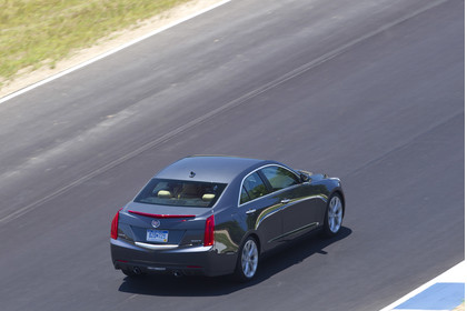 Cadillac ATS Limousine Aussenansicht Heck schräg erhöht dynamisch grau