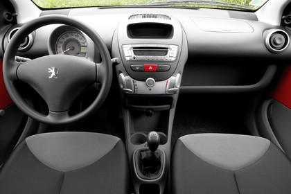Peugeot 107 P Dreitürer Innenansicht statisch Vordersitze und Armaturenbrett