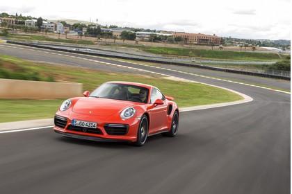 Porsche 911 Turbo S 991.2 Aussenansicht Front schräg dynamisch rot