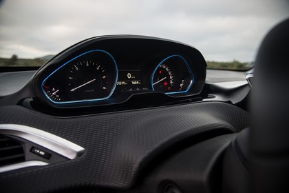 Peugeot 2008 A94 Innenansicht statisch Detail Tacho