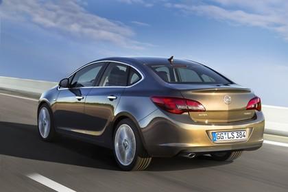Opel Astra J Limousine Aussenansicht Heck schräg dynamisch braun