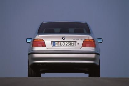 BMW 5er Limousine E39 Aussenansicht Heck statisch silber