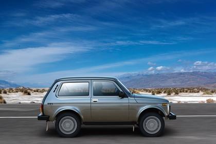 Lada 4x4 Aussenansicht Seite dynamisch grau
