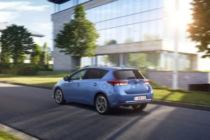 Toyota Auris Hybrid Schrägheck E18 Aussenansicht Seite schräg dynamisch blau