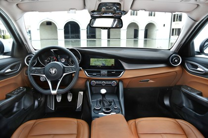 Alfa Romeo Giulia ZAR 952 Innenansicht statisch Vordersitze und Armaturenbrett