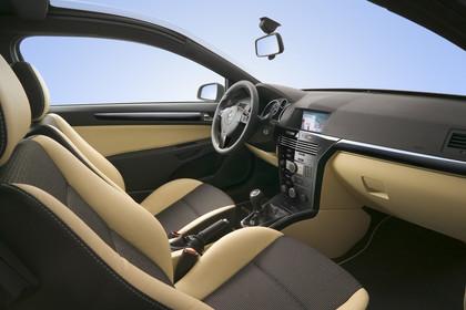 Opel Astra GTC 3Türer Innenansicht Beifahrerposition Studio statisch beige braun