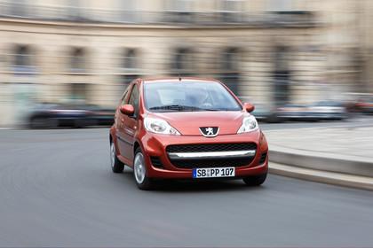 Peugeot 107 P Facelift Fünftürer Aussenansicht Front schräg dynamisch rot
