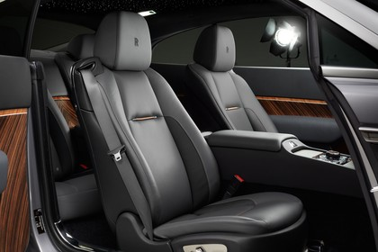 Rolls-Royce Wraith Innenansicht statisch Studio Vordersitze und Mittelkonsole fahrerseitig