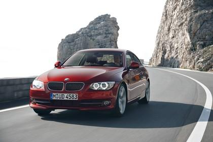 BMW 3er Coupé E92 LCI Aussenansicht Front schräg dynamisch rot