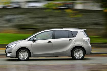 Toyota Verso (ARA2) Aussenansicht Seite dynamisch grau