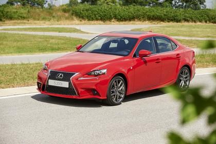 Lexus IS XE3 Aussenansicht Front schräg statisch rot