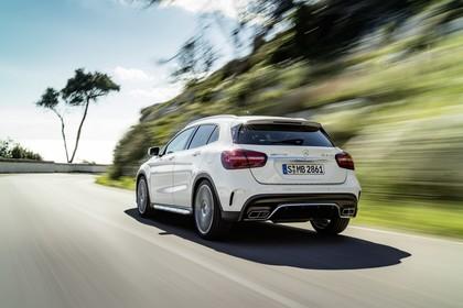Mercedes-AMG A 45 X156 Aussenansicht Heck schräg dynamisch weiß