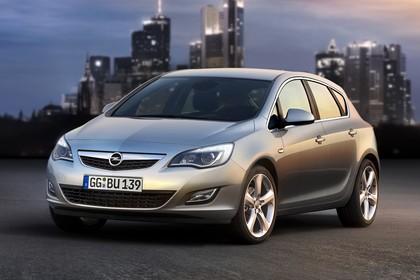 Opel Astra J Aussenansicht Front schräg statisch silber