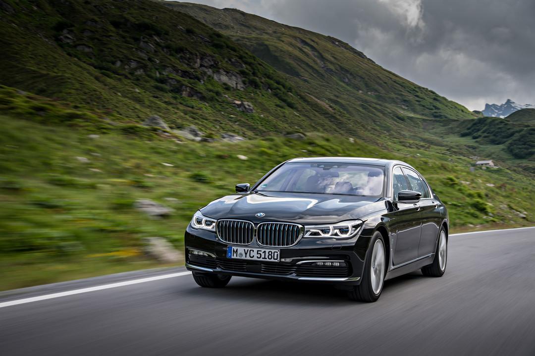 BMW 7er G11 G12 Aussenanansicht Front Schrag Dynamisch Grau