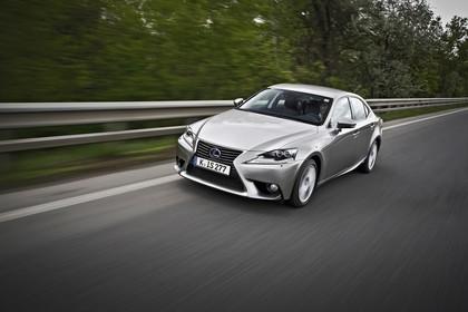 Lexus IS XE3 Aussenansicht Front schräg dynamisch grau