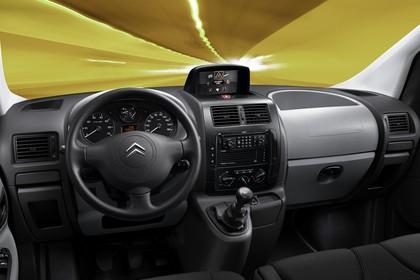 Citroën Jumpy II Innenansicht statisch Studio Vordersitze und Armaturenbrett fahrerseitig